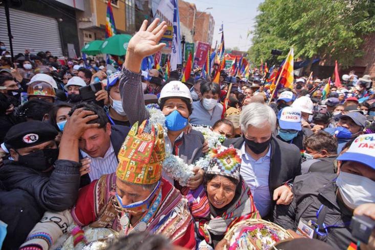 رژه بازگشت پیروزی مورالس از جنوب تا شمال غرب بولیوی، ۲ روز طول کشید و مسیری به مسافت بیش از هزار کیلومتر را در بر میگرفت؛ مسیری که صدها هزار بولیویایی، در هر نقطه از آن برای بازگشت «اوو» غریو شادی میکشیدند، گویی این بازگشت فاتحانه مردم بود.